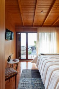 Chambre et porte vitrée - Country-House par Rui Filipe Veloso - Cinfaes, Portugal © Jose Campos