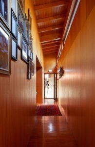 Couloir garni de bois - Country-House par Rui Filipe Veloso - Cinfaes, Portugal © Jose Campos