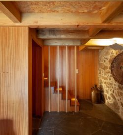 Escalier bois intérieur - Country-House par Rui Filipe Veloso - Cinfaes, Portugal © Jose Campos