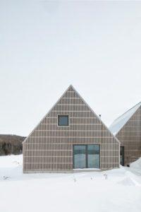 Façade bois et porte vitrée - Hatley-House par Pelletier-Fontenay - Hatley, Canada © James Brittain