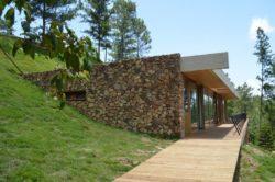 Façade en pierre maison-bio-climatique et semi-enterrée