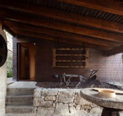 Façade entrée en bois - Country-House par Rui Filipe Veloso - Cinfaes, Portugal © Jose Campos