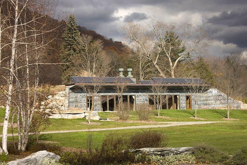 Façade principale avec panneaux solaires - Solar-House par Allan Shope - New York, USA