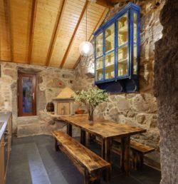 Longue chaise et table cuisine - Country-House par Rui Filipe Veloso - Cinfaes, Portugal © Jose Campos