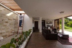 Pièce de vie et mini jardin intérieur - Casa-Gazebo par AR + C Arquitectos - Guayllabamba, Equateur