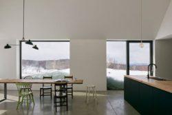 Salle séjour et cuisine - Hatley-House par Pelletier-Fontenay - Hatley, Canada © James Brittain