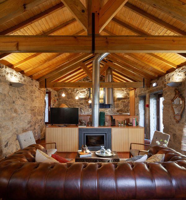 Salon et cheminée - Country-House par Rui Filipe Veloso - Cinfaes, Portugal © Jose Campos