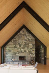 Salon et cheminée - Woodstock Vermont Farm par Rick-Joy - Vermont, USA © Jean-Luc Laloux