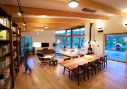 Salon, salle séjour et bibliothèque - Earthship-Farmstead par Thomson and Broadbent - Virginie, USA