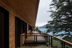 Balcon en bardage bois - Hats House par SAA Arquitectura - Puerto Rio Tranquilo, Chili © Nico Saieh