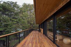 Bardage bois balcon - Hats House par SAA Arquitectura - Puerto Rio Tranquilo, Chili © Nico Saieh