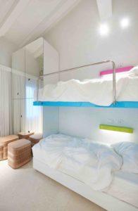 Chambre et plusieurs lits - Float-boat par Simone Micheli - Puntaldia, Italie © Jurgen Eheim