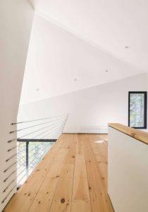 Couloir niveau supérieur - Cabin-Rock par I-Kanda-Architects - New Hampshire- USA © Matt Delphenich