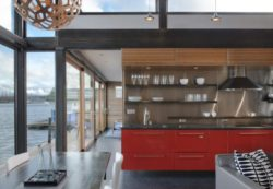 Cuisine et Grande baie vitrée - Floating-home par Ninebark Design - Seattle, USA © Aaron Leitz