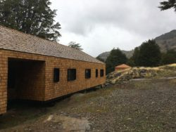 Façade bardeaux bois - Hats House par SAA Arquitectura - Puerto Rio Tranquilo, Chili © Nico Saieh
