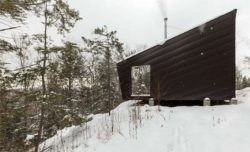 Façade bois neige - Cabin-Rock par I-Kanda-Architects - New Hampshire- USA © Matt Delphenich