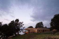 Façade jardin - Hats House par SAA Arquitectura - Puerto Rio Tranquilo, Chili © Nico Saieh