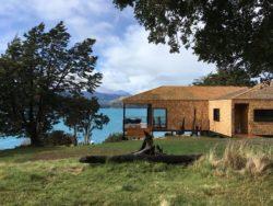 Façade jardin et vue lac - Hats House par SAA Arquitectura - Puerto Rio Tranquilo, Chili © Nico Saieh
