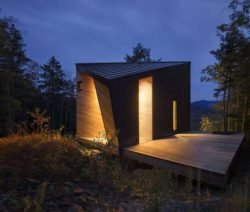 Façade principale nuit - Cabin-Rock par I-Kanda-Architects - New Hampshire- USA © Matt Delphenich