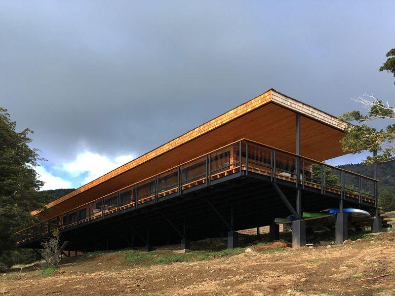 Fondation sur piliers avec poutres - Hats House par SAA Arquitectura - Puerto Rio Tranquilo, Chili © Nico Saieh