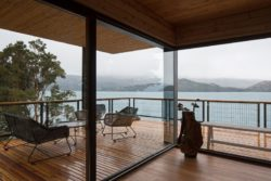 Grande baie vitrée et vue panoramique lac - Hats House par SAA Arquitectura - Puerto Rio Tranquilo, Chili © Nico Saieh