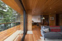 Pièce de vie et grande baie coulissante - Hats House par SAA Arquitectura - Puerto Rio Tranquilo, Chili © Nico Saieh