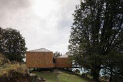Piliers avec poutres - Hats House par SAA Arquitectura - Puerto Rio Tranquilo, Chili © Nico Saieh