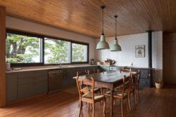 Séjour et cuisine - Hats House par SAA Arquitectura - Puerto Rio Tranquilo, Chili © Nico Saieh