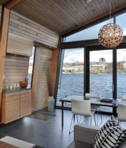 Séjour et vue sur la baie Seattle - Floating-home par Ninebark Design - Seattle, USA © Aaron Leitz