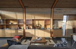 Salon et armoire en bois - Floating-home par Ninebark Design - Seattle, USA © Aaron Leitz