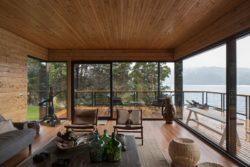 Salon et vue panoramique lac - Hats House par SAA Arquitectura - Puerto Rio Tranquilo, Chili © Nico Saieh
