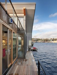 Terrasse bardage bois - Floating-home par Ninebark Design - Seattle, USA © Aaron Leitz