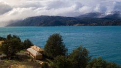 Vue panoramique site et lac - Hats House par SAA Arquitectura - Puerto Rio Tranquilo, Chili © Nico Saieh
