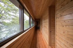 couloir bardage bois - Hats House par SAA Arquitectura - Puerto Rio Tranquilo, Chili © Nico Saieh