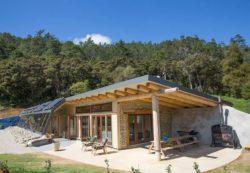 Façade principale - Earthship Te Timatanga par Gus-Sarah - Waikato, Nouvelle-Zelande