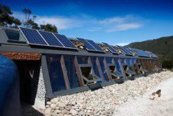 Panneau solaire et grande baie vitrée - Earthship Te Timatanga par Gus-Sarah - Waikato, Nouvelle-Zelande