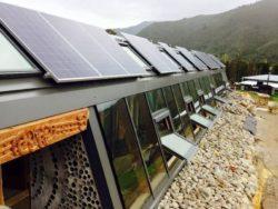 Panneaux solaires et grandes baies vitrées - Earthship Te Timatanga par Gus-Sarah - Waikato, Nouvelle-Zelande