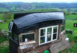 Cabane en bois avec toit coque bateau © i pinimp