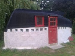 maison en terre avec toiture coque bateau renversée © i pinimp