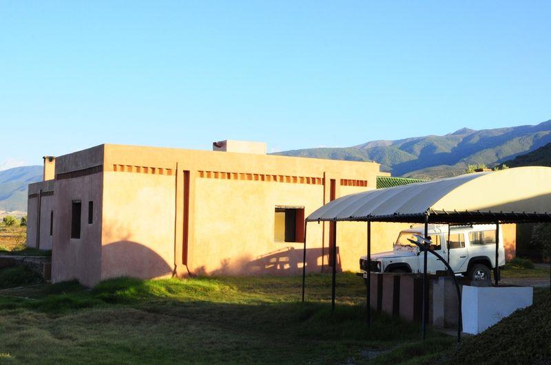 façade ouest du bâtiment principal, avec peu d'ouvertures pour éviter les surchauffes