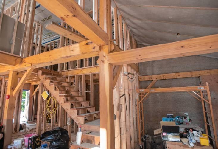 L'intérieur de la construction de Shelby Howland en ossature de bois.