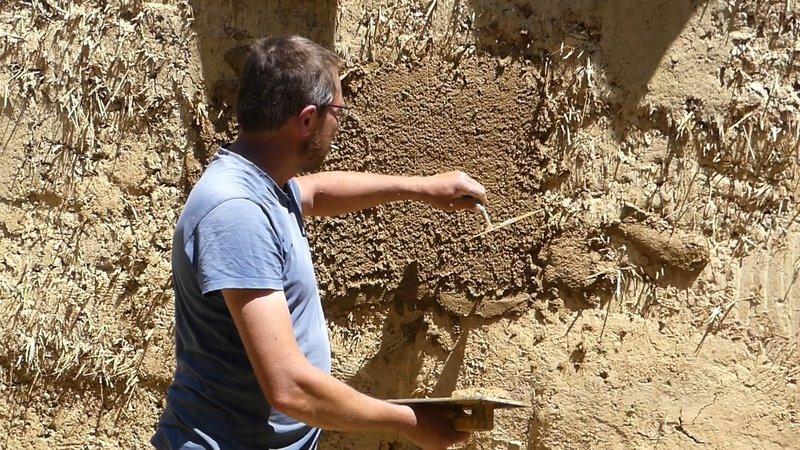 Enduit terre sur bâti en bauge avec Vincent Gillouaye, maçon bâti ancien