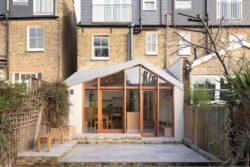 9-Wood-Home-Addition-Turner-Architects-Angleterre-credits-photos-Adam-Scott